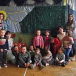 Przedszkolaki z wychowawczyniami i aktorami
